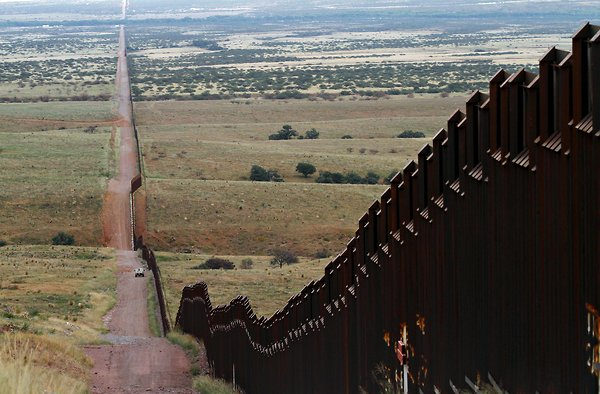 US-mexican_border_wall.jpg
